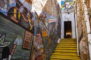 Escaleras exteriores con muros pintados