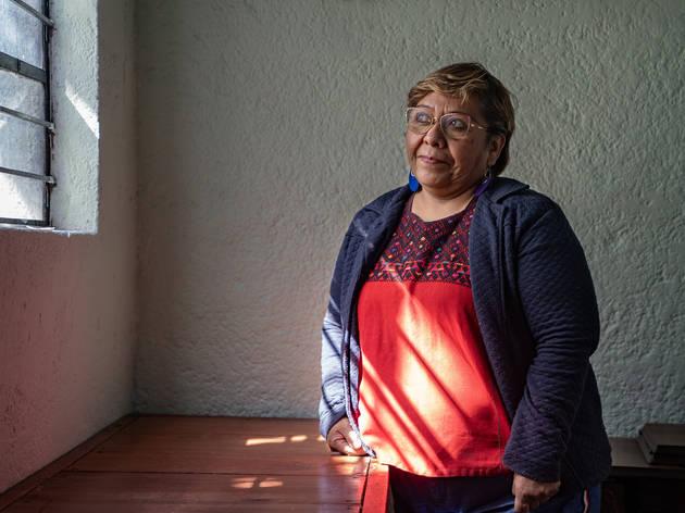 Retrato de una mujer al interior de una casa
