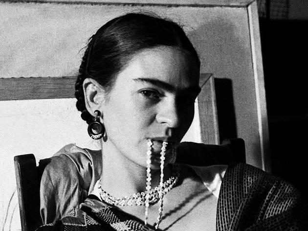 © Brida Biting her Necklace, New Whorkers School, NYC, 1933 © Lucienne Bloch, Courtesy La Galerie de l'Instant, Paris