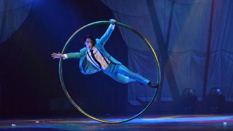 Artista de circo con aro gigante
