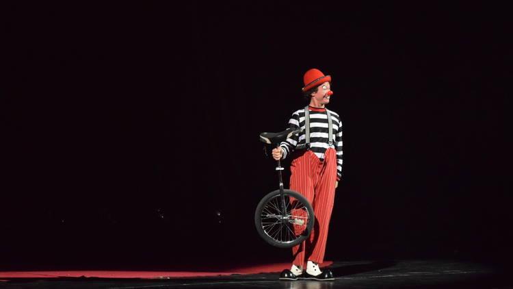 Payaso con monociclo en el Circo Atayde Hermanos