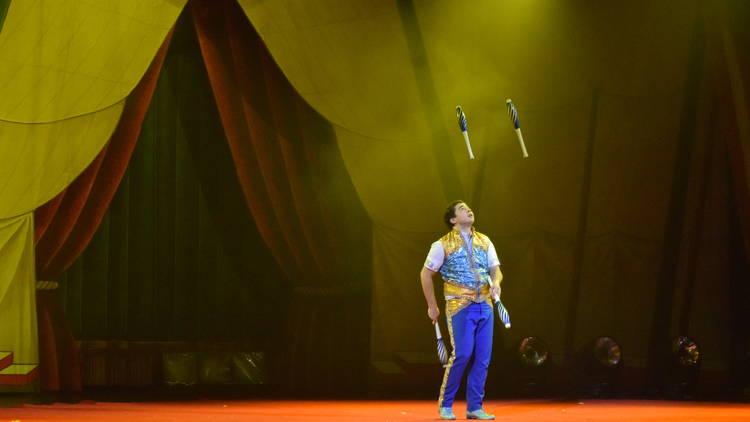 Malabarista en el Circo Atayde Hermanos