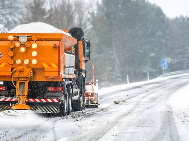 Camión echando sal