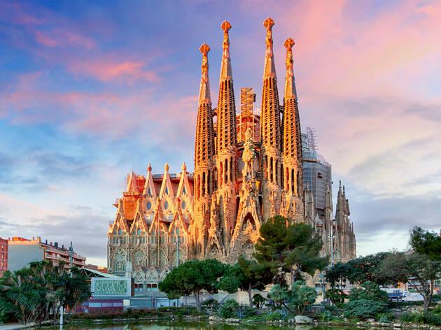 Toma abierta de la fachada de la Basílica de la Sagrada Familia
