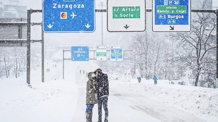 Foto pareja besándose en la nieve. A2.