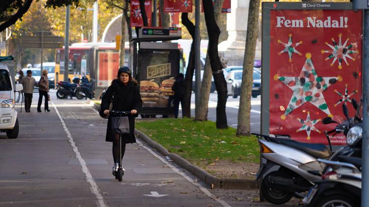 Mujer con un patinete en Barcelona