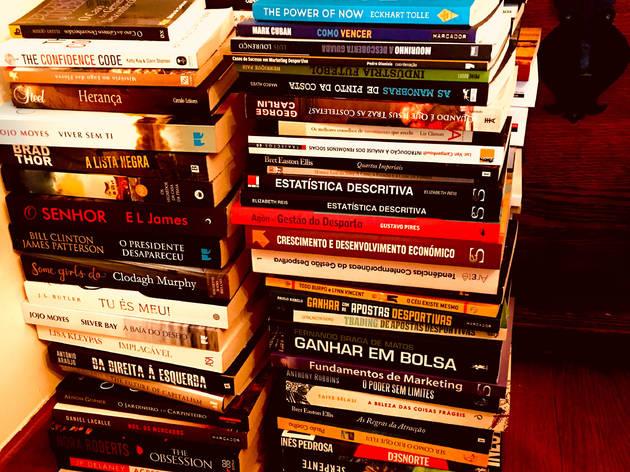 Neste Ramalhete há muitos livros em segunda mão à espera de uma casa nova