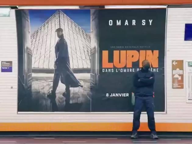 L'acteur Omar Sy colle des affiches dans le métro... et personne ne le reconnaît !