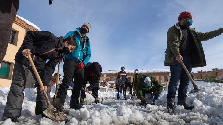 Madrileños retirando nieve con palas. Filomena. Madrid nevado