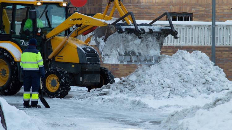 Máquina excavadora quitando nieve Madrid. Filomena colapsa Madrid