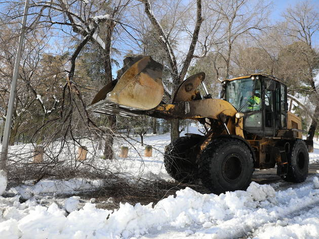 Excavadora quitando nieve en Madrid
