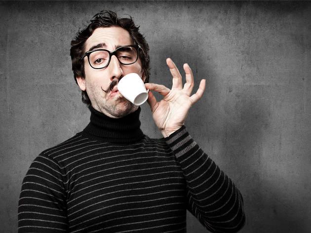 Un 'hipster' pedante bebe café de especialidad