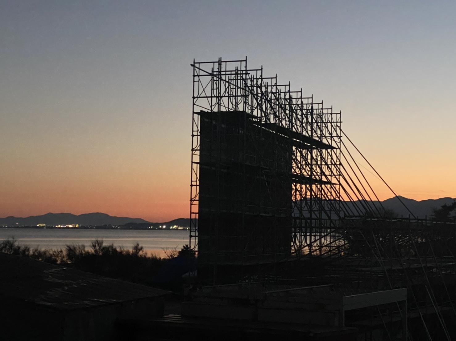 サンセットをバックに、琵琶湖ビーチでドライブインシアターが初開催