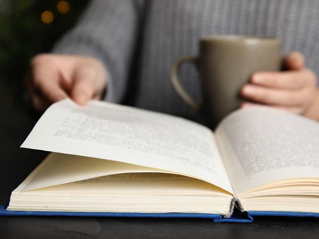 Persona llegint un llibre