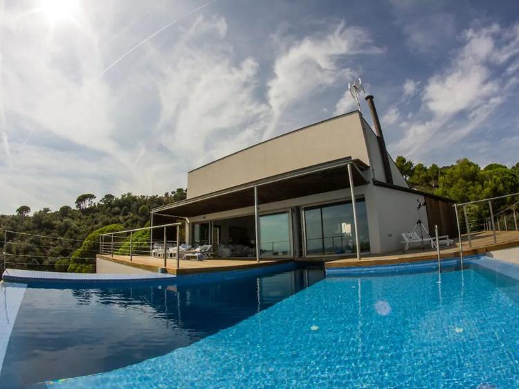 Con acceso privado al mar y piscina desbordante en Sant Feliu de Guíxols