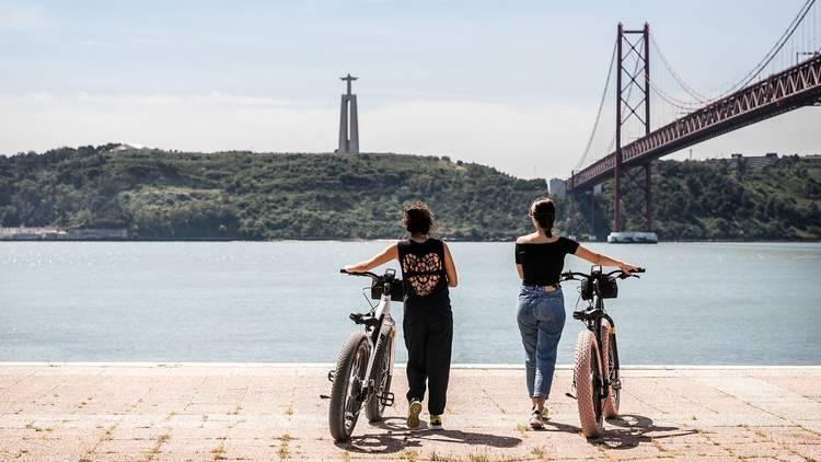 Bicicletas ao pé do Tejo