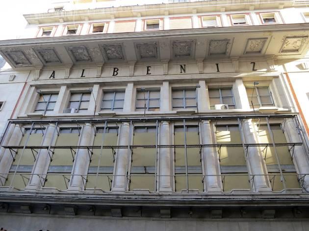 La reforma está siendo algo compleja, pues se realiza junto a la del Hotel Madrid, ambos en la misma manzana y conectados por su parte trasera.