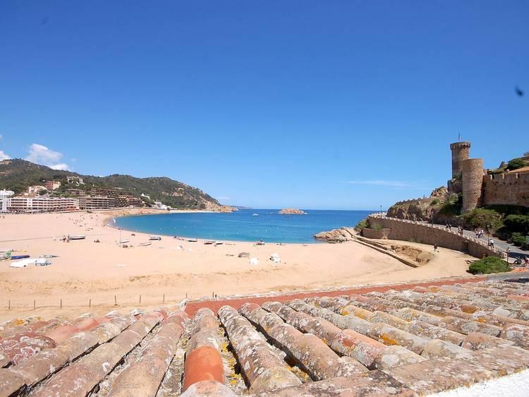 Relax en la terraza observando la playa y el castillo de Tossa de Mar