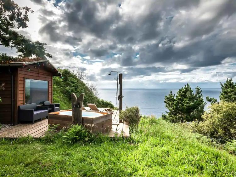 Con bañera al aire libre, en Asturias