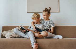 Crianças a ler
