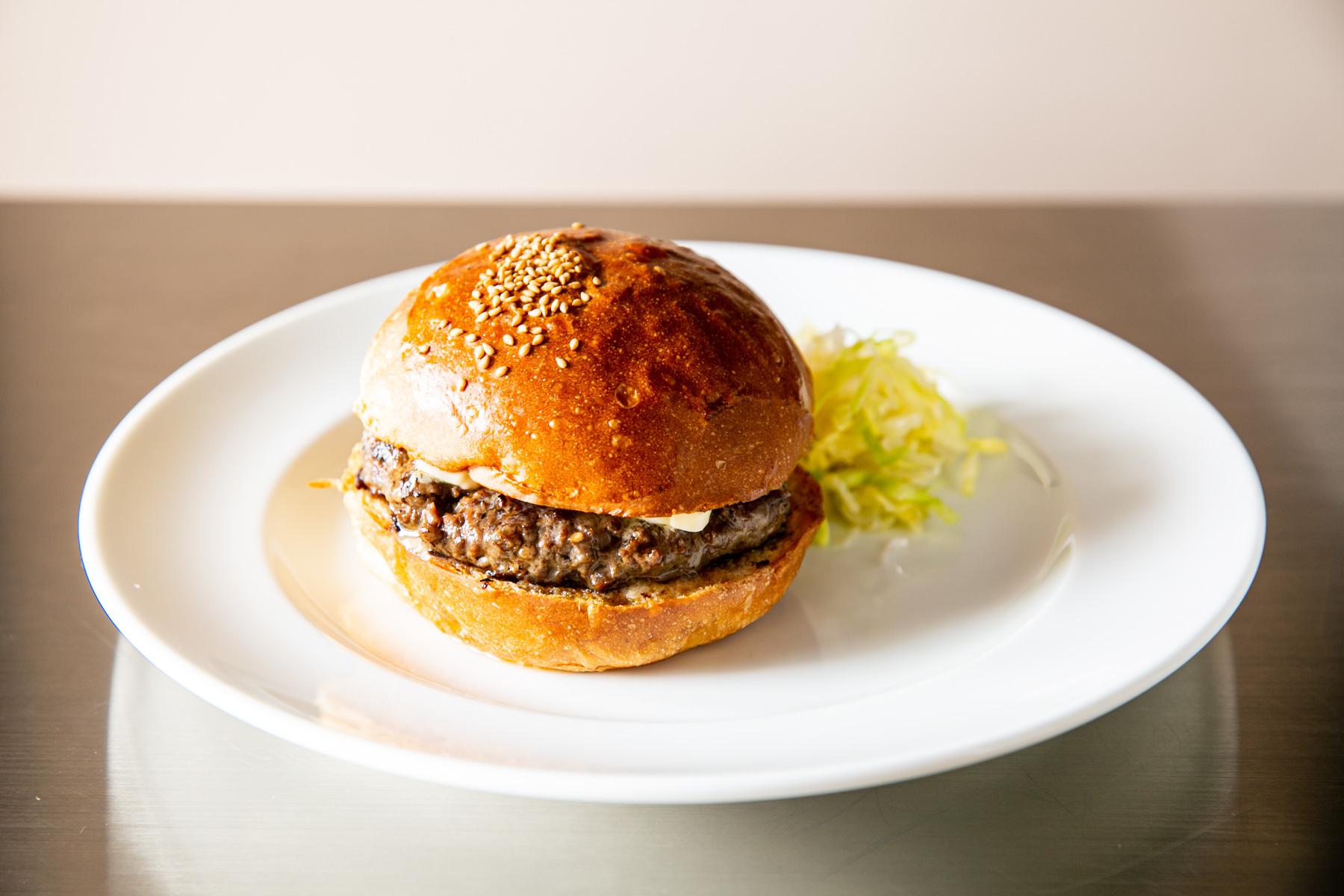 シンプルに際立つ肉のうま味、バーガーポリスが碑文谷に開店