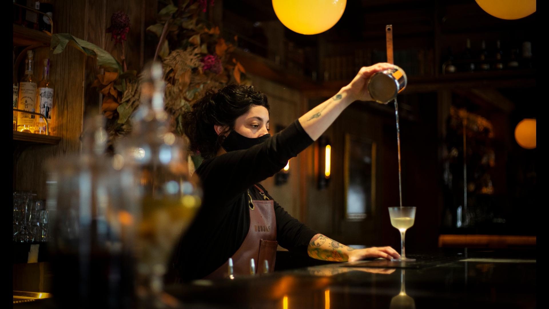 Gabriela Lozada, head bartender de Brujas