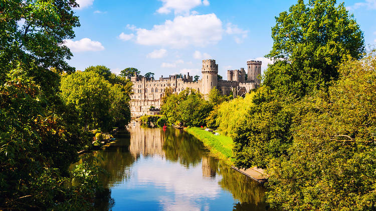Warwick,,Uk.,Avon,River,In,Warwickshire,With,Autumn,Forest,And