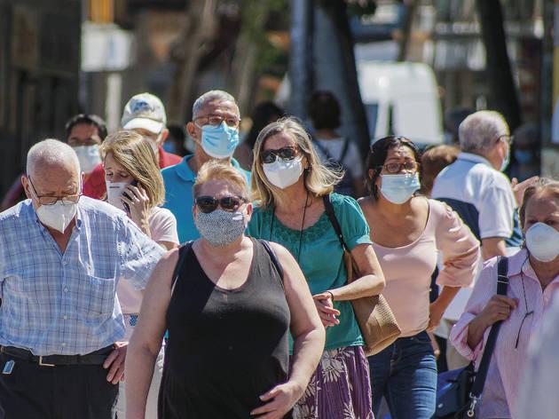 Gente en la calle con mascarilla