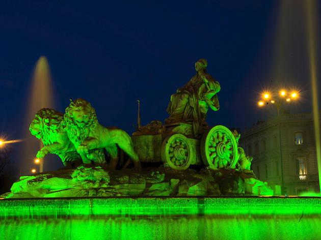 La Puerta de Alcalá, teñida de verde por San Patricio