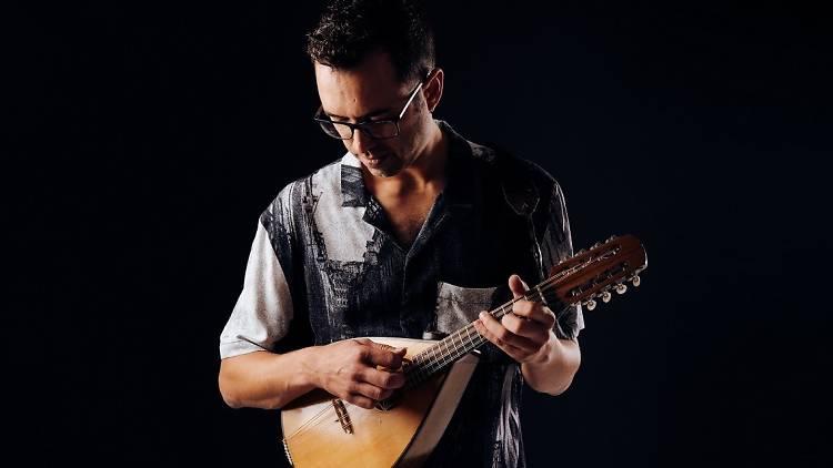 Luís Peixoto toca bandolim no novo disco 'Geodesia'