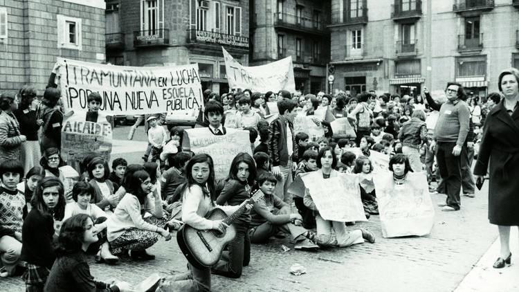 Manifestació de l'Escola Tramuntana davant l'Ajuntament. 1977.