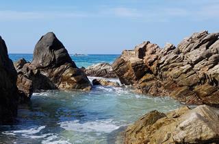 Playa de Puerto Escondido con rocas en el mar