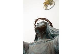 シルヴィア・ミニオ=パルウエルロ・保田 《シエナの聖カタリナ像とその生涯の浮彫り》(部分)1980-84年 愛媛県松山市・聖カタリナ大学蔵 photo:齋藤さだむ