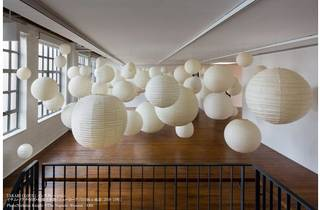 『AKARI CLOUD』インスタレーション イサム・ノグチ財団・庭園美術館(ニューヨーク)での展示風景(2018-19年)Photo:Nicholas Knight ©The Noguchi Museum /ARS
