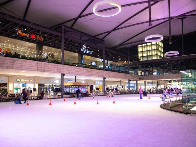 La pista de hielo en Vía Vallejo es la nueva atracción de Azcapotzalco