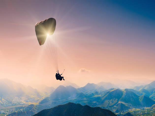 Imagen aérea de una persona volando en parapente