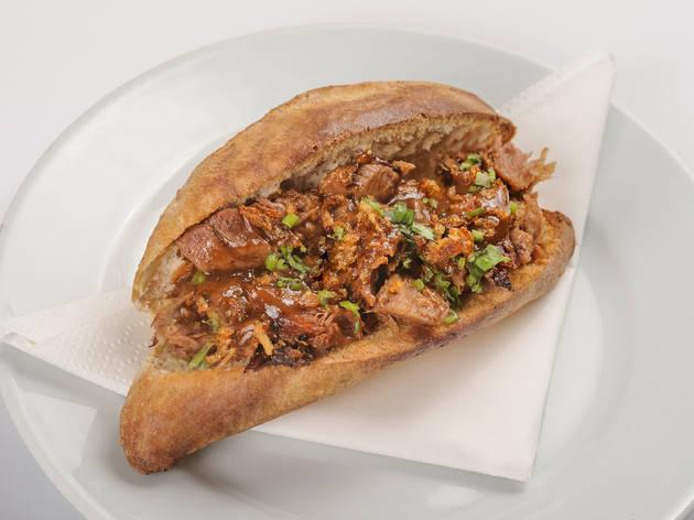 Entrepà de galta ibèrica amb salsa demi- glacé i ceba cruixent de l'Avi PEP