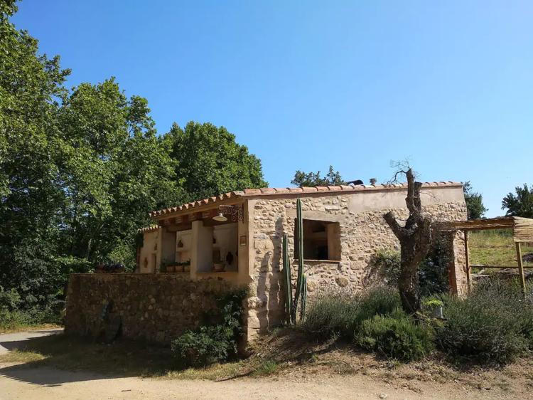 Una construcción rústica entre viñas en el Alt Empordà