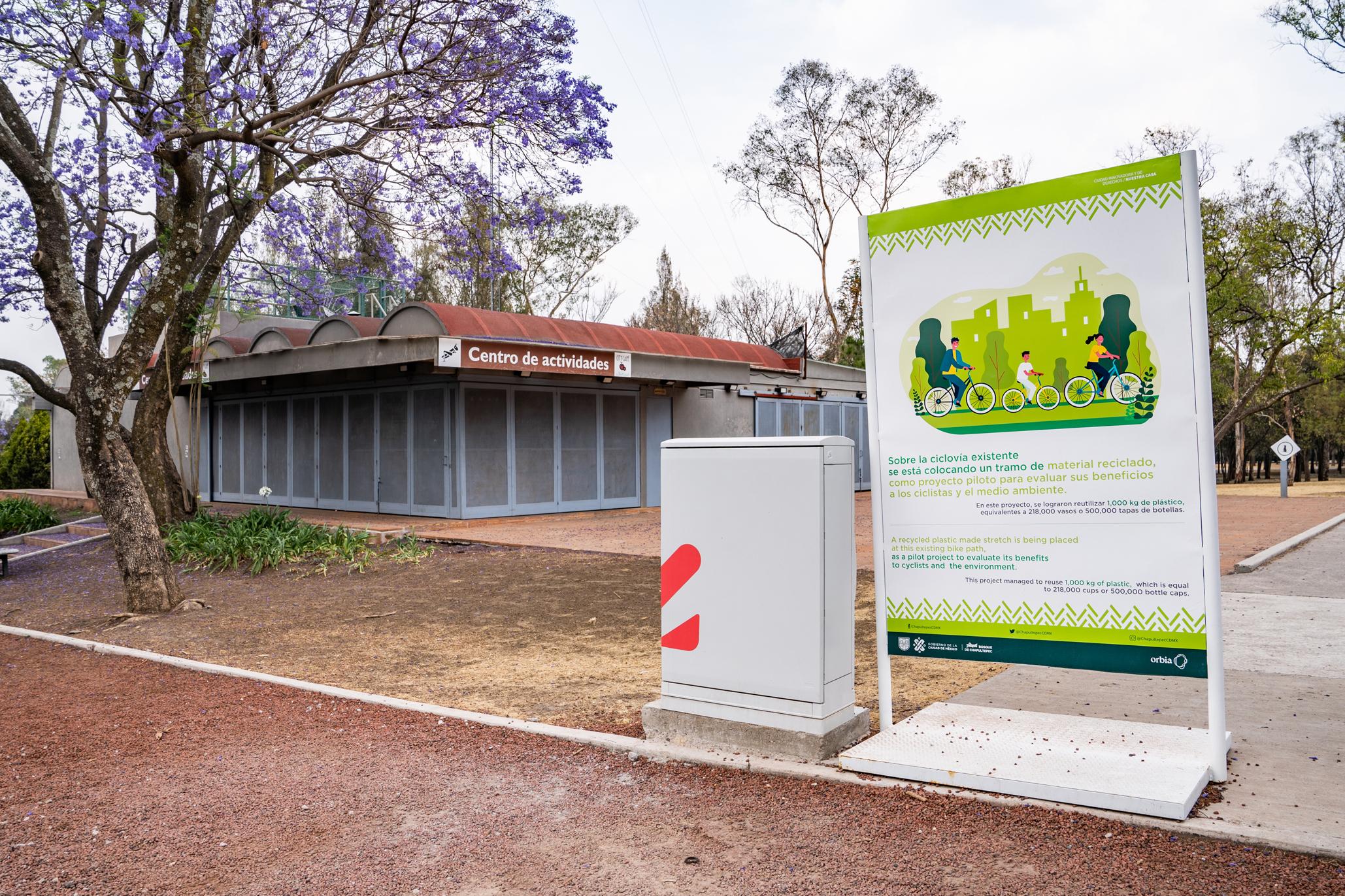 Módulo de bicicletas y anuncio en un parque