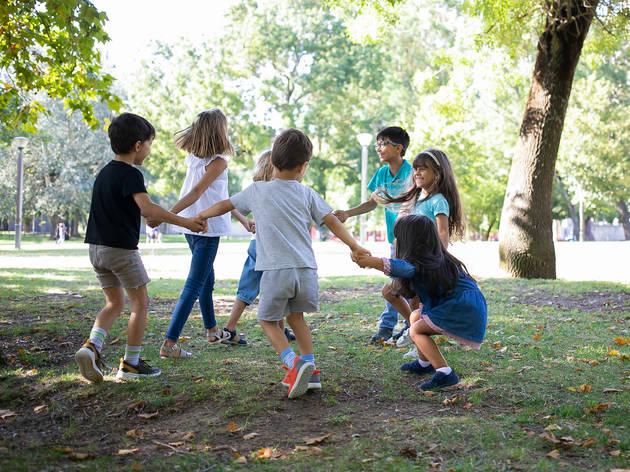 Niños jugando en un parque