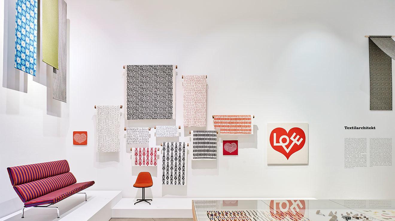 Alexander Girard, diseñador de interiores y artista textil, en su estudio