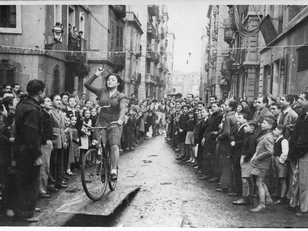 Noia en bicicleta, de l'exposició Relats revelats