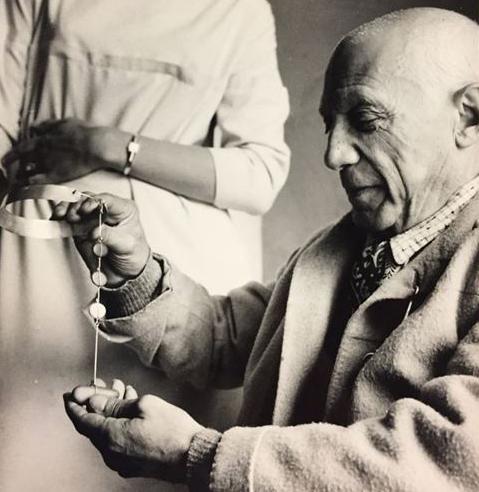 Picasso examinant un collier. Exposició Picasso i les joies d'artista