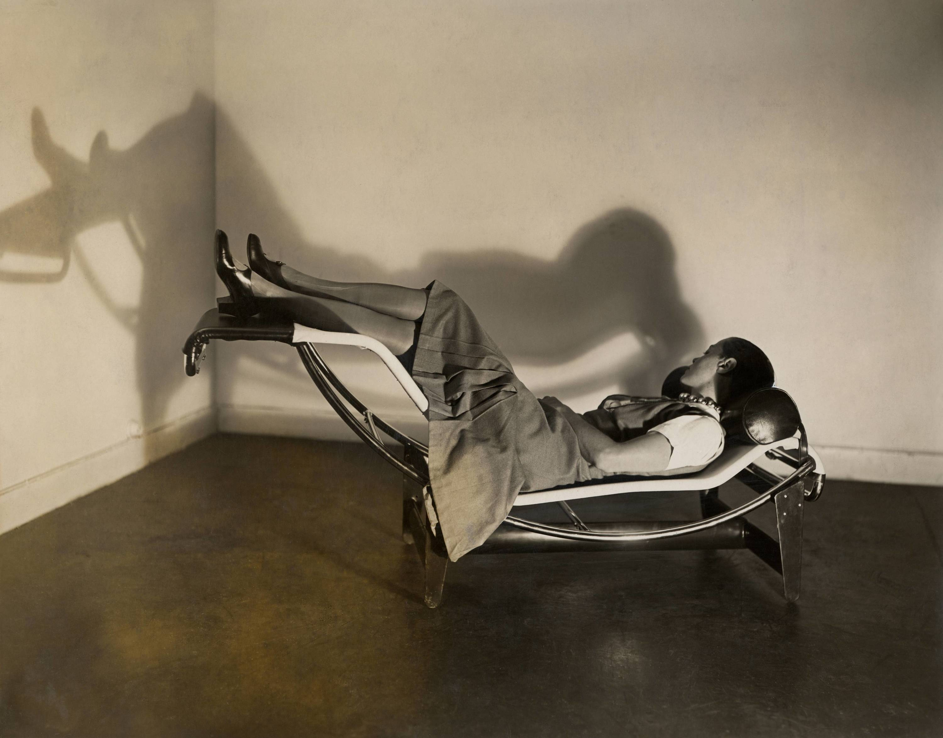 Charlotte Perriand on the chaise longue basculante B306, 1929  © AChP/ © ADAGP, Paris and DACS, London 2021