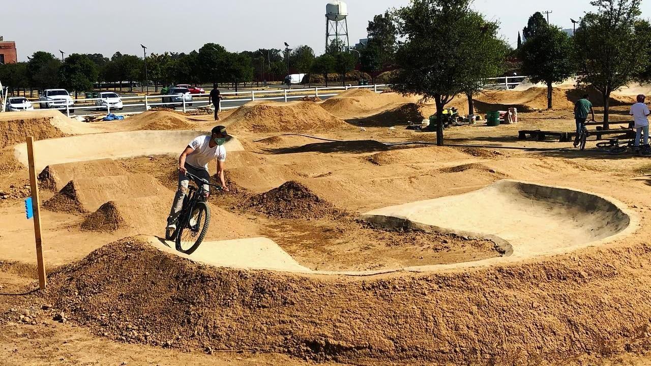 Pista de arena y bicicletas
