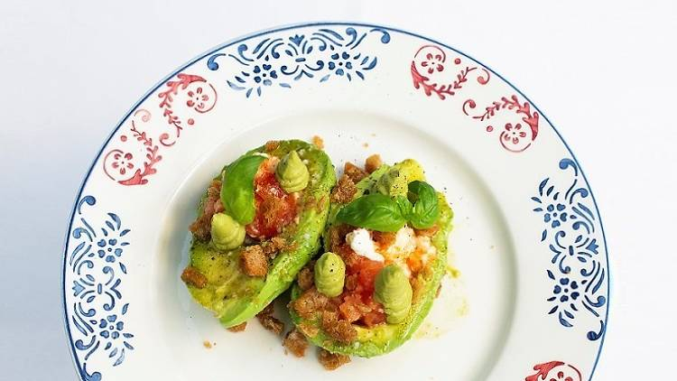 Abacate caprese com mozarela, tomate coração-de-boi e pesto