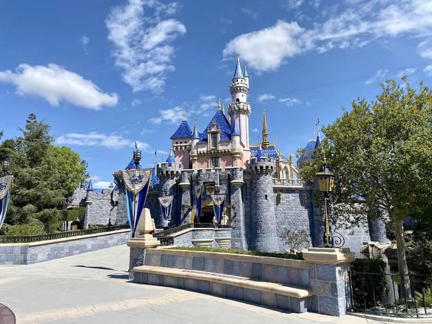 ชมภาพบรรยากาศสวนสนุก Disneyland ณ รัฐแคลิฟอร์เนีย หลังเปิดต้อนรับแขกอีกครั้งแบบไม่ต้องวัดอุณหภูมิ