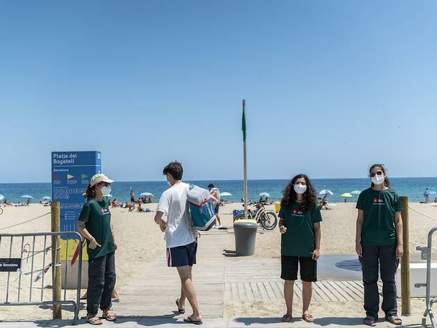 Informadors a la platja del Bogatell de Barcelona