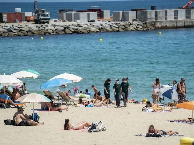 Informadores a la platja del Bogatell de Barcelona