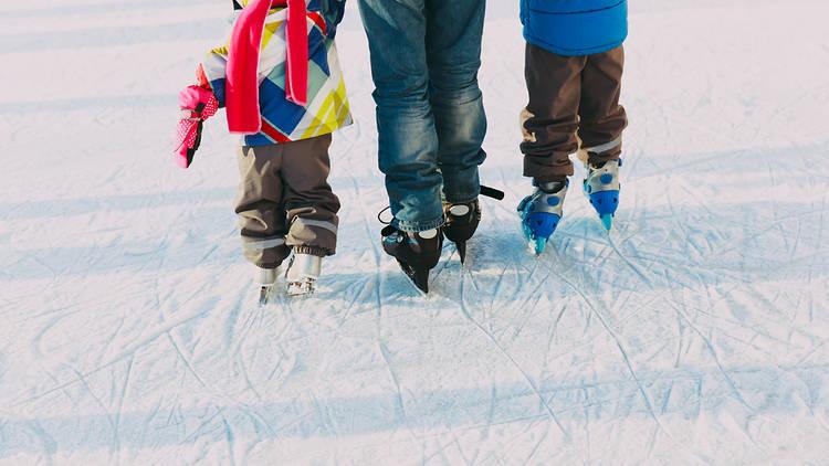 Familia patinando sobre hielo